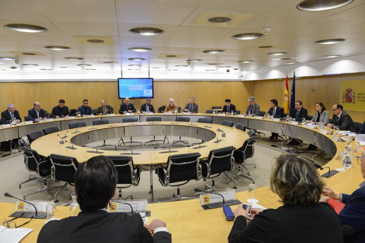 Reyes Maroto y Luis Planas garantizan al sector agroalimentario el compromiso del Gobierno en defensa de los intereses españoles frente a los aranceles de EE.UU. - 2